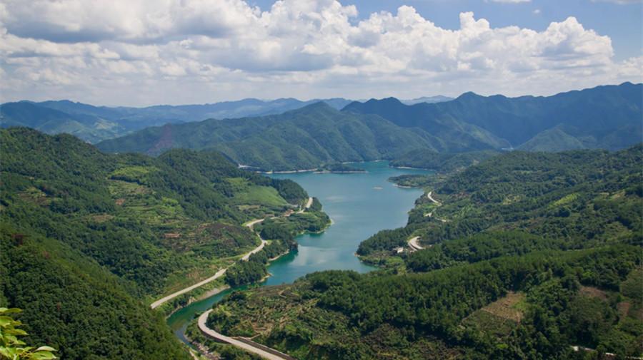 公司新闻  雪窦山风景区,位于浙江省奉化市溪口镇西北,为四明山支脉的